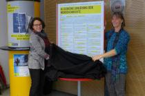 Die Regensburger Oberbürgermeisterin enthüllt mit uns die Allgemeine Erklärung der Menschenrechte