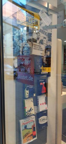 Schaufenster von Bücher Pustet zum Tag der Menschenrechte